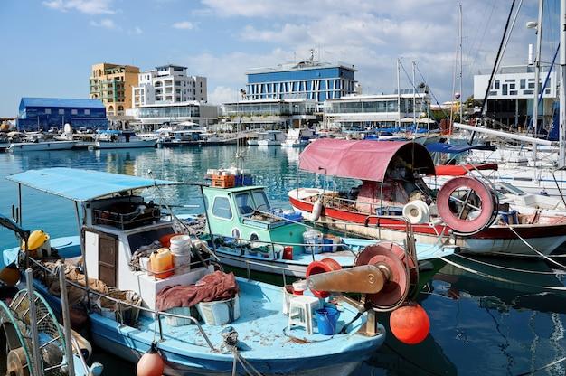 Bateaux fisher vieux et rouillé dans un port