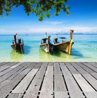 Bateaux et îles de la mer d'andaman en thaïlande