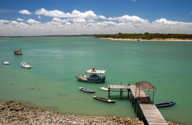 Bateaux et jetée à la lagune de guarairas à tibau do sul près de la plage de pipa rio grande do norte brésil