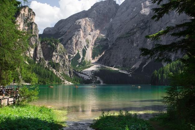 Bateaux sur le lac braies dans le trentin-haut-adige, italie
