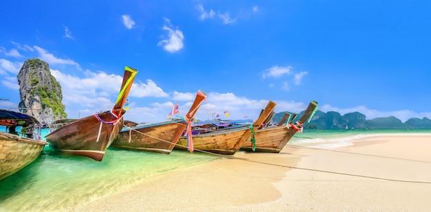 Bateaux longtail à la plage
