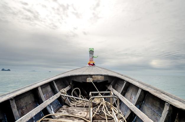 Les bateaux à longue queue se dirigent vers l'océan. se sentir seul