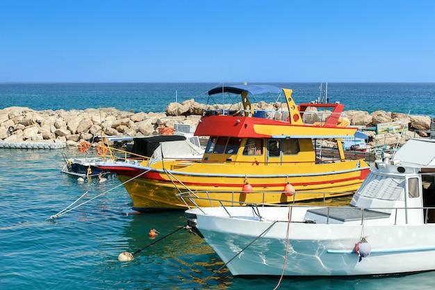Bateaux à moteur dans le port, à chypre.
