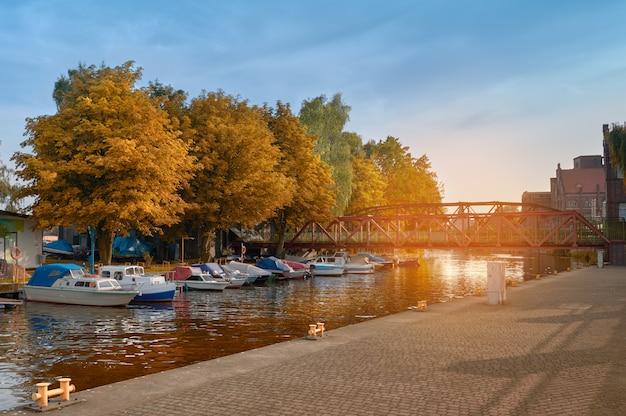 Bateaux à moteur sur un pont métallique historique à szczecin, pologne