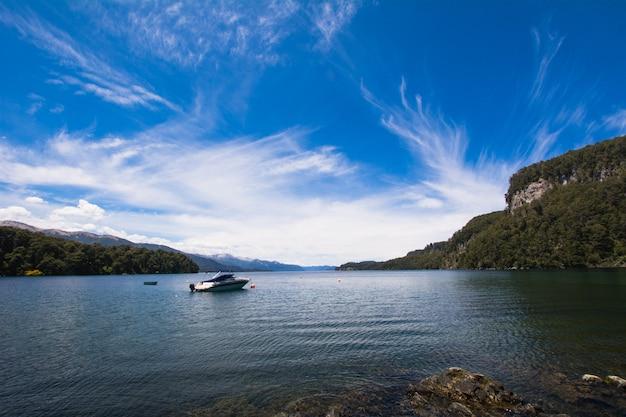 Bateaux naviguant sur les eaux calmes du lac