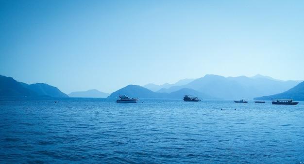 Les bateaux naviguent sur la mer sur fond de montagnes
