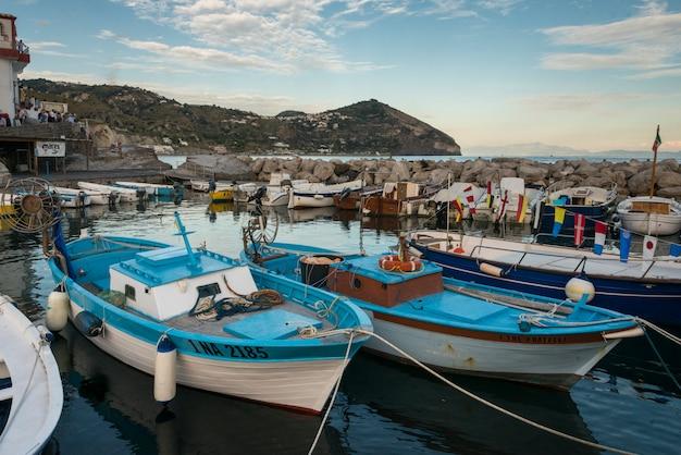 Bateaux de pêche amarrés au port, sant'angelo, île d'ischia, campanie, italie