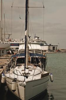 Bateaux de pêche amarrés dans le port de la ville de zante, zakynthos, grèce