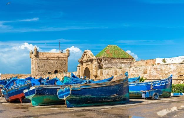 Bateaux de pêche bleu dans le port d'essaouira - maroc