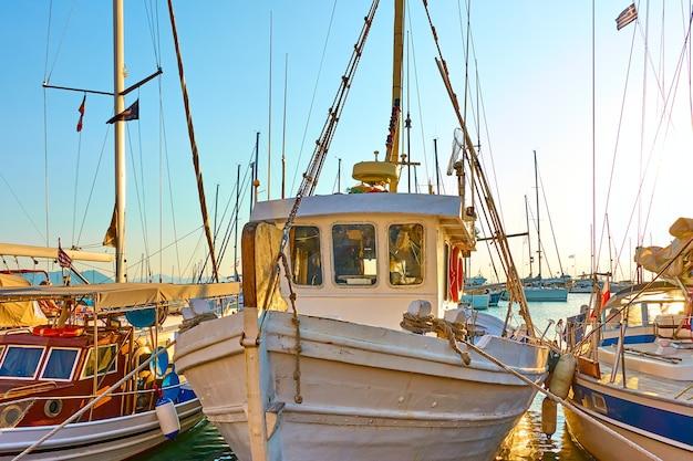Bateaux de pêche colorés dans le port le soir, île d'egine, grèce