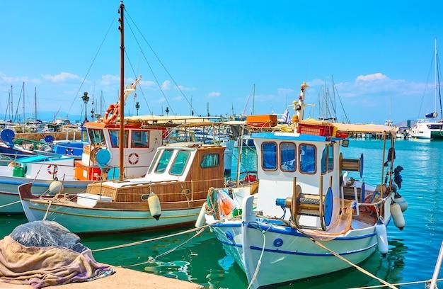 Bateaux de pêche dans le port d'egine, grèce
