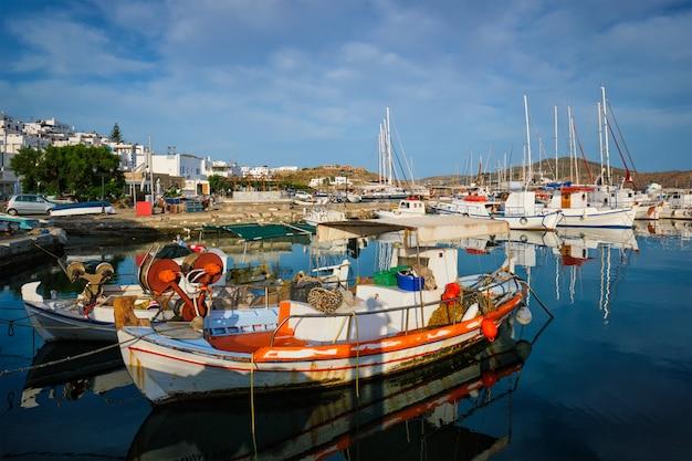 Bateaux de pêche dans le port de naousa. paros lsland, grèce