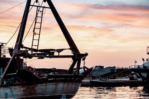 Bateaux de pêche dans le port de pêche