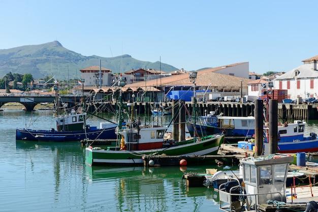 Bateaux de pêche dans le port de saint jean de luz