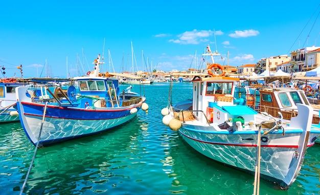 Bateaux de pêche dans le port de la ville d'égine le jour ensoleillé d'été, grèce
