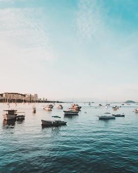 Bateaux de pêche sur l'eau dans la mer avec un beau ciel bleu clair