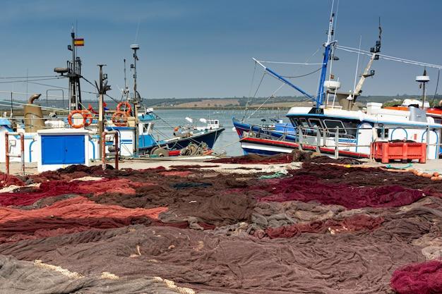 Bateaux de pêche et filets dans le port