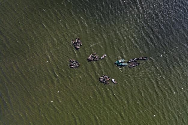 Bateaux de pêche, flotter dans les eaux calmes et aller à la pêche