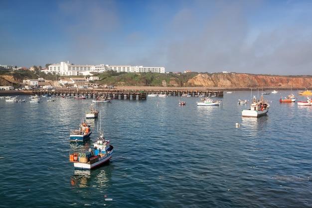 Bateaux de pêche et navires sur une nuit au port. sagres portugal