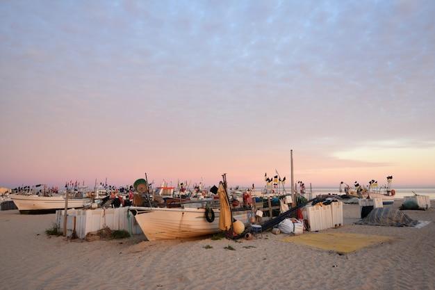 Bateaux de pêche sur la plage de monte gordo, algarve, portugal
