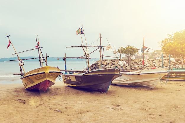 Bateaux de pêche sur une plage tropicale