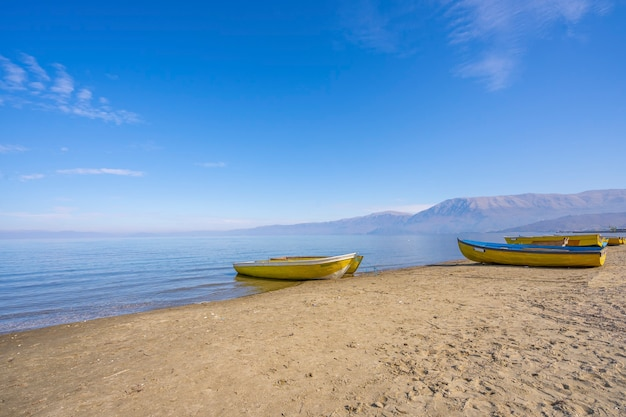 Bateaux de pêche à pogradec, lac d'ohrid