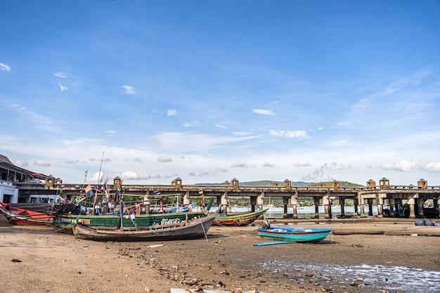 Bateaux de pêche sur le rivage à marée basse en thaïlande
