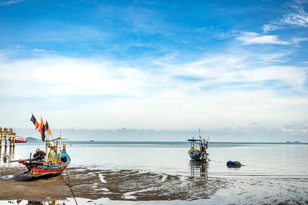 Bateaux de pêche sur le rivage à marée basse. thaïlande