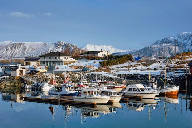 Bateaux de pêche et yachts sur la jetée en norvège