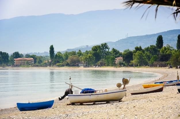 Bateaux de pêcheur à la plage