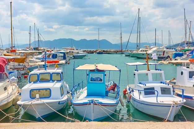 Bateaux pittoresques dans le port de la ville d'égine, île d'égine, grèce