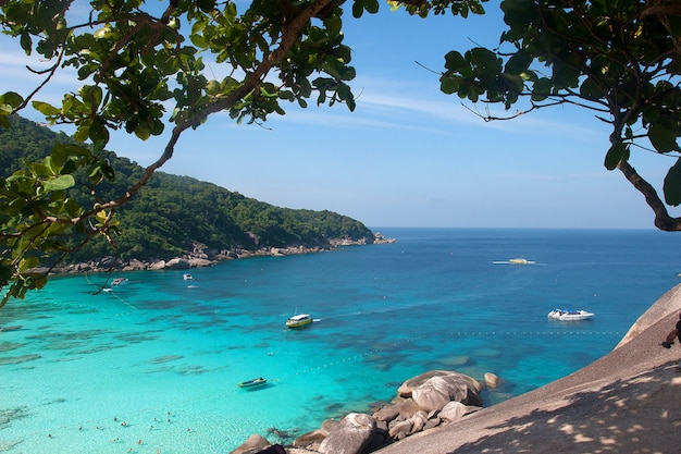 Bateaux sur la plage des îles similan dans la mer d'andaman.