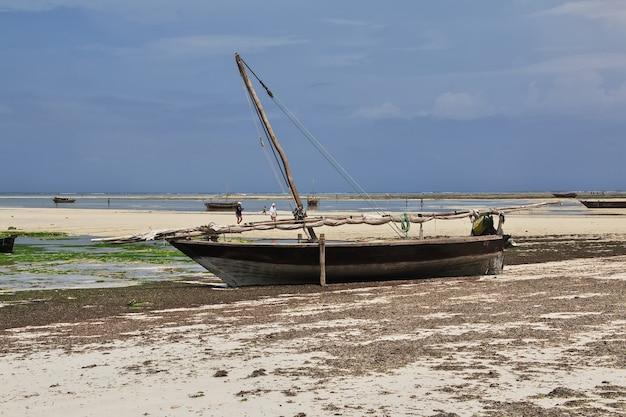 Bateaux sur la plage de nungwi de zanzibar, tanzanie