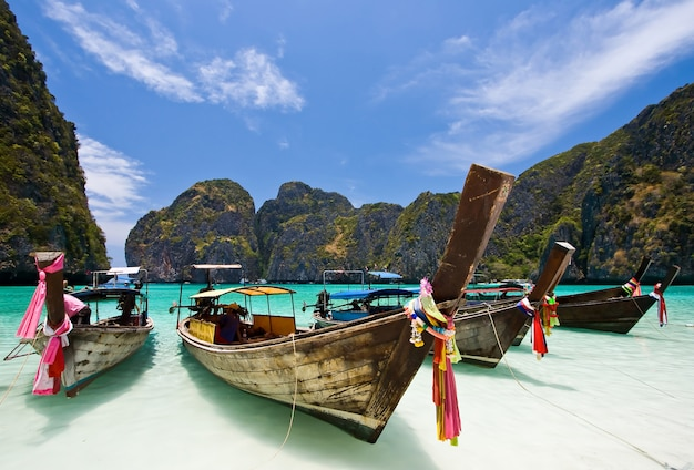 Bateaux sur la plage de sable blanc