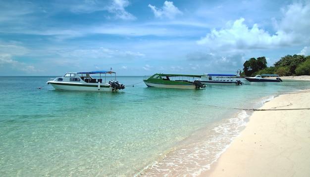 Un bateaux près de l'île
