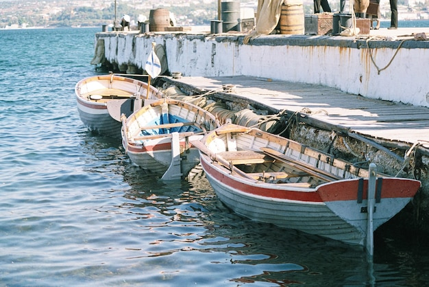 Bateaux à rames dans la mer à l'embarcadère