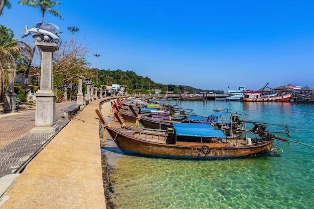 Bateaux de taxi en attente de touriste sur ao ton sai à l'île de phi phi