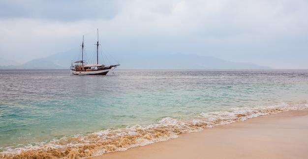 Bateaux. tourisme exotique. le reste de l'équateur. bali, indonésie