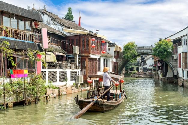 Bateaux de tourisme traditionnels de chine sur les canaux de shanghai zhujiajiao water town
