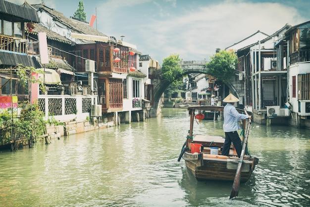 Bateaux de tourisme traditionnels de chine sur les canaux de la ville d'eau de shanghai zhujiajiao à shanghai, chine