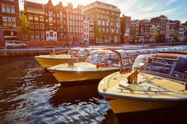Bateaux touristiques d'amsterdam dans le canal