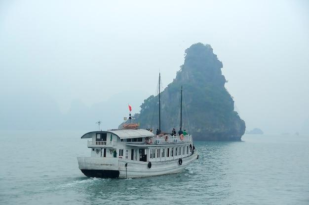 Bateaux touristiques dans la baie d'halong