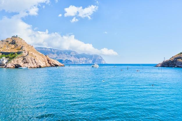 Bateaux et vagues dans la mer, été chaud de crimée
