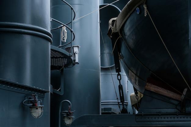 Bateaux vintage de la vie sur le navire militaire en métal bleu