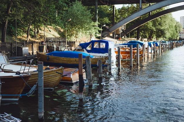 Bateaux à voile et yachts sur le quai de stockholm devant le centre-ville