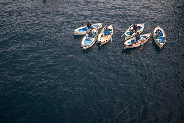 Les bateliers à l'entrée de la grotte bleue sur l'île de capri