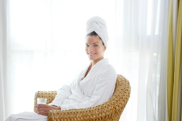 Bathrobl femme assise détendue tenir un verre d'eau