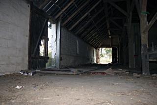 Bâtiment abandonné, le bâtiment, les portes