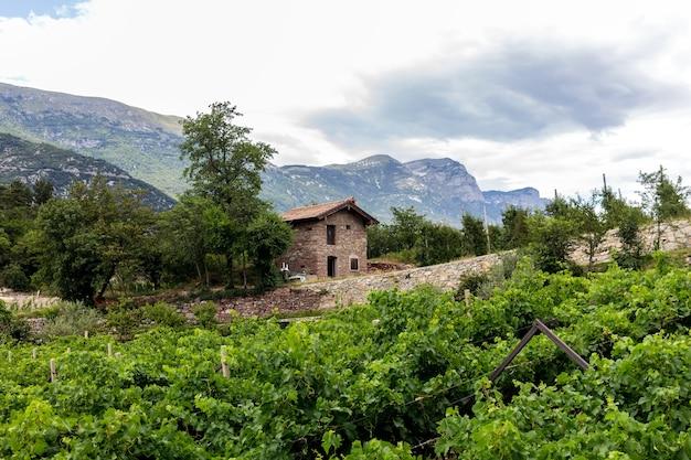 Un bâtiment abandonné dans la vallée des lacs dans la province de trente