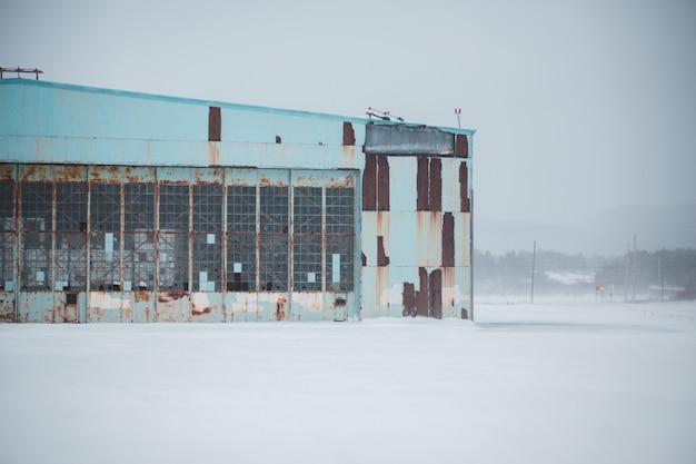 Bâtiment abandonné en hiver